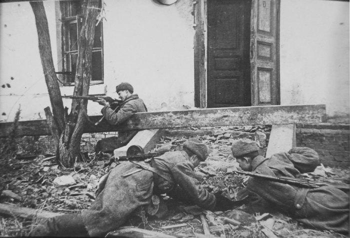 Советские сапёры минирует вход в дом в ходе уличных боев в Сталинграде.