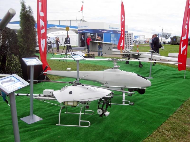 Несколько моделей радиоуправляемых вертолётов. большие игрушки, большие мальчики, прикол, юмор