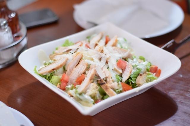 Салат с курицей - вкусный и сытный завтрак.