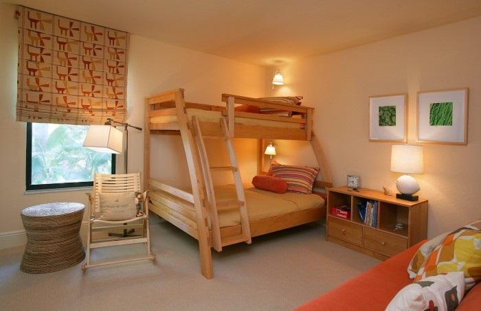 Комфортабельное спальное место, которое имеет каркас из массива древесины.