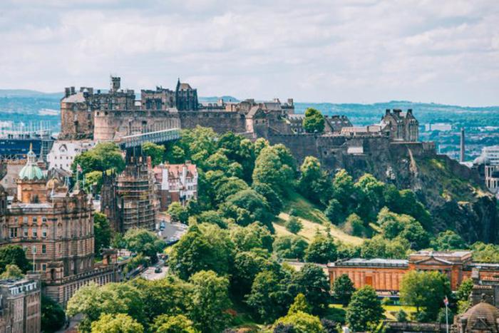 Вид на Эдинбургский замок, одно из самых красивых и загадочных мест в Великобритании. /Фото:thevintagenews.com