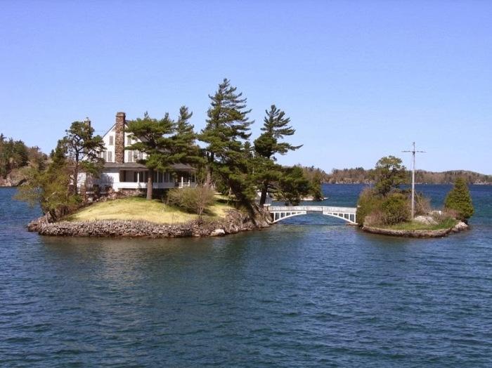 Два острова принадлежат одному хозяину, который построил между ними мостик (Архипелаг «Тысяча островов»). | Фото: tourweek.ru.