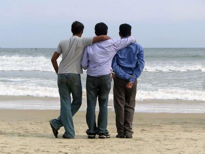 Трое мужчин обсуждают береме…