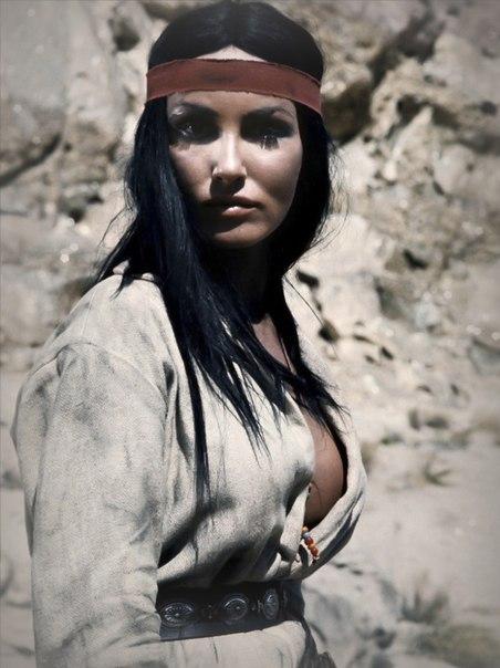 Джулия ньюмар в роли беспощадной немой индианки хешке «золото маккенны» (1969).