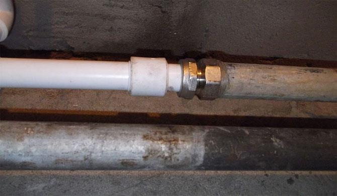 Как соединить металлическую трубу слива ванны с пластиковой канализацией