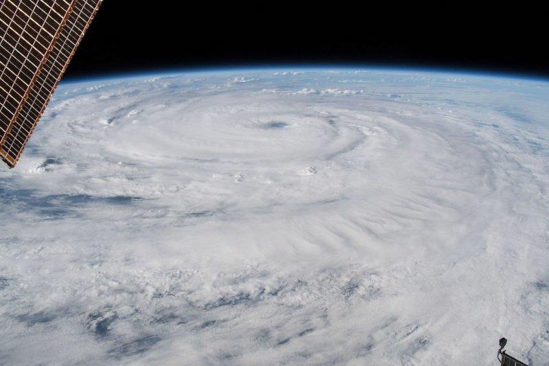 На воде ураганы выглядят более мирно: исключительно плохая видимость, воздух наполнен пеной и брызгами, всё море покрыто полосами пены. Но это пока они не добрались до берега… nasa, космос, мкс, природа, стихия, ураган, фото, фотографии