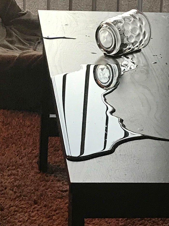 """""""Кошка разлила стакан воды на столе, но на ковер вода так и не пролилась"""" всемирное тяготение, забавно, закон гравитации, истории в картинках, неожиданно, против законов физики, удивительно, удивительное рядом"""