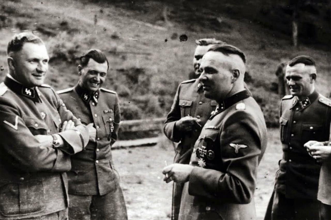 Группа офицеров СС в Аушвице, слева направо: Карл Хеккер, доктор Йозеф Менгеле, Карл-Фридрих Хеккер и Ричард Баер, который был комендантом лагеря с мая 1944 года по декабрь 1944 года аушвиц, вторая мировая война, день памяти, конц.лагерь, концентрационный лагерь, освенцим, узники, холокост