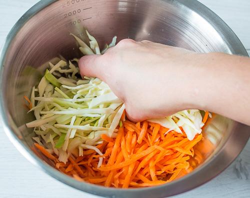 Свежий капустный салат с кунжутной заправкой салаты