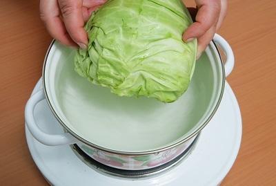 Шаг 1. Отвариваем кочан капусты.