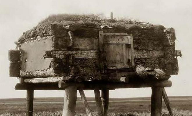 Путники всегда ночевали в деревне эскимосов на берегу, но в один из дней деревня оказалась пустой