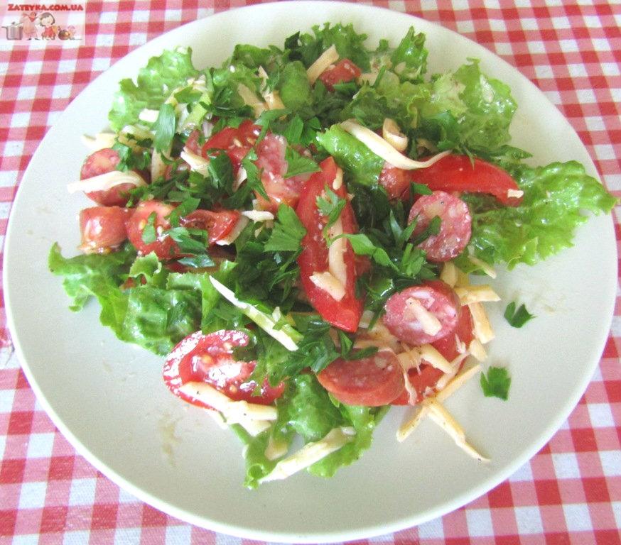 Салат с сыром и охотничьими колбасками