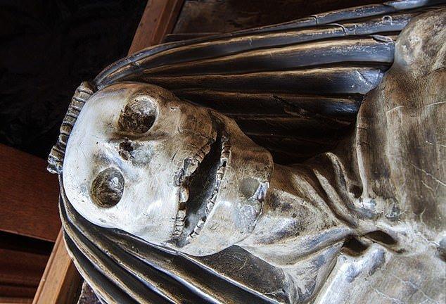 10. Скелет с жуткой ухмылкой - Церковь святой Марии, Йоркшир артефакты, великобритания, мумии, путешественнику на заметку, реликвии, скелеты, старинные, церковь