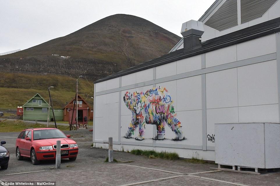 Лонгйир: самый северный город наЗемле, вкотором позакону запрещено умирать вгороде, здесь, Норвегии, жители, Лонгйира, медведей, который, норвежской, центр, шахты, собак, жизни, буквально, город, университет, вЛонгйир, города, оружие, чтобы, жителей