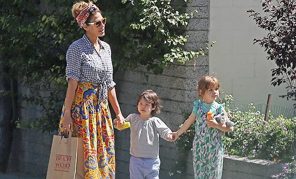 Редкий выход: Ева Мендес и Райан Гослинг на прогулке с дочерьми в Лос-Анджелесе