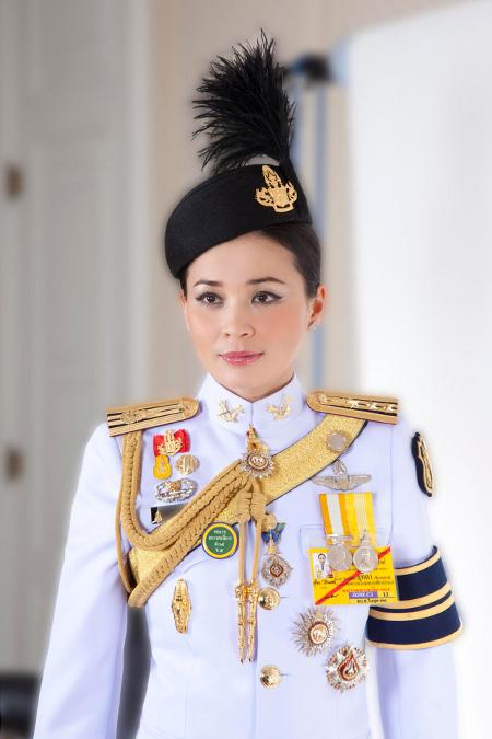 Стало известно, почему король Таиланда лишил свою фаворитку Сининат всех титулов и посадил в тюрьму Монархи,Новости монархов