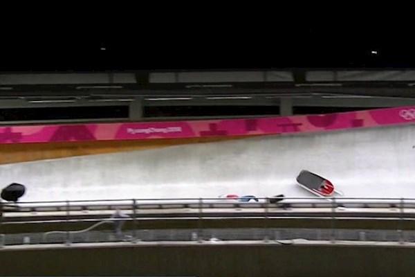 Олимпиада в Корее: американская саночница врезалась головой в отбойник на скорости 110 км/ч (видео)
