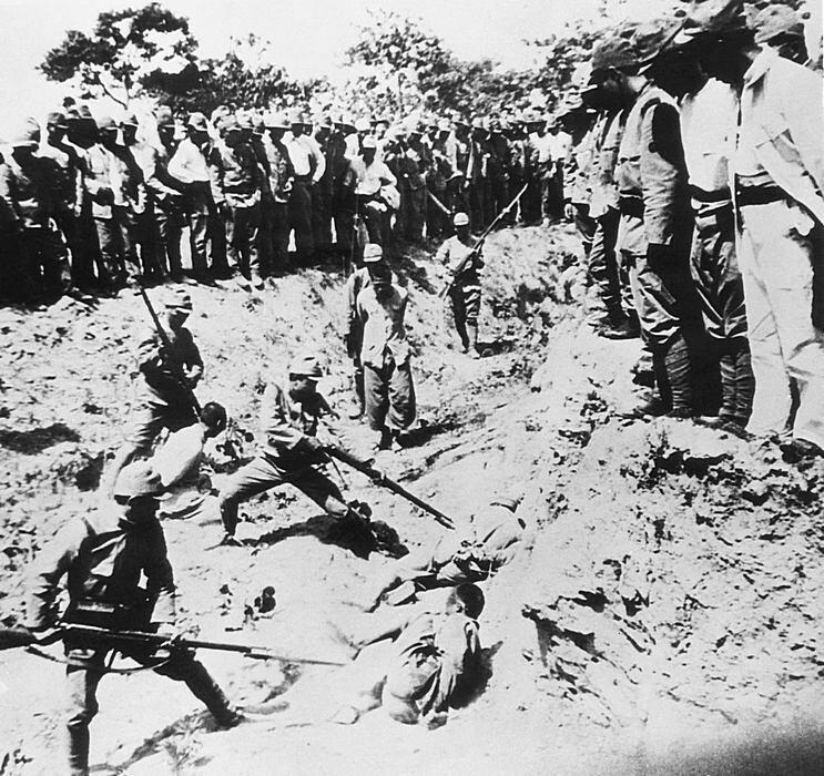 Во время Нанкинской резни 7 ноября 1938 года китайские заключенные использовались в качестве живых целей в штыковом учении их японскими оккупантами.