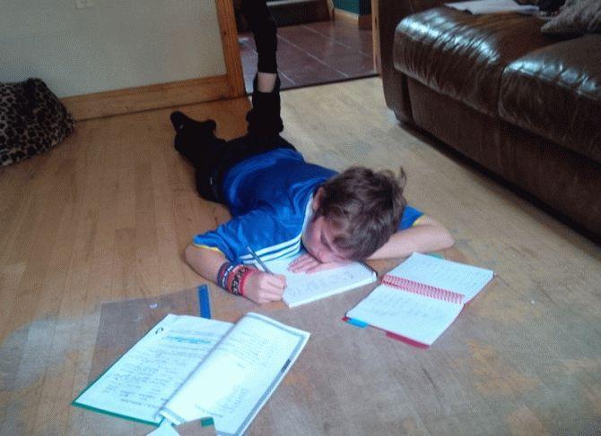 Мальчик написал стих в рамках домашнего задания.