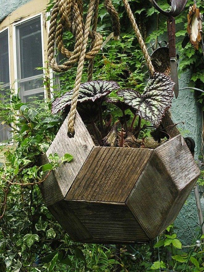 Актуальный тренд украшение садового участка большими деревянными подвесными кашпо