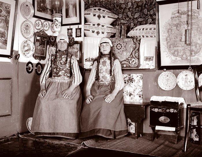 Девушки в своем доме, маркен, Голландия ХХ век, винтаж, восстановленные фотографии, европа, кусочки истории, путешествия, старые снимки, фото