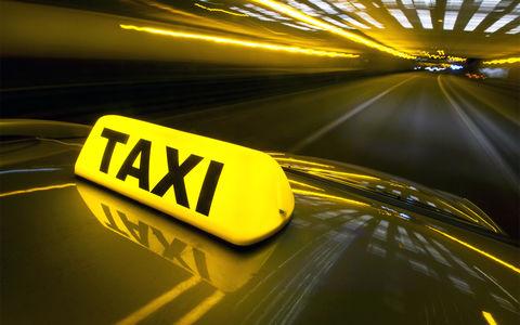 Питерский чиновник угнал такси, сбил водителя и попал в ДТП