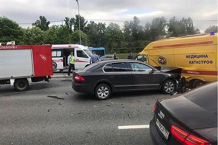 """В Москве на Кутузовском проспекте столкнулись семь машин, включая """"скорую"""""""