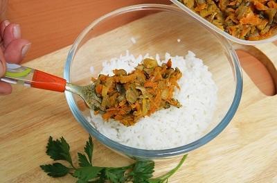 Шаг 3. Смешать овощи и рис.