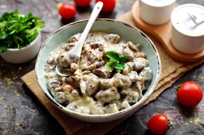 Куриные сердечки с грибами в сметане.  Фото: receptisalatov.com.