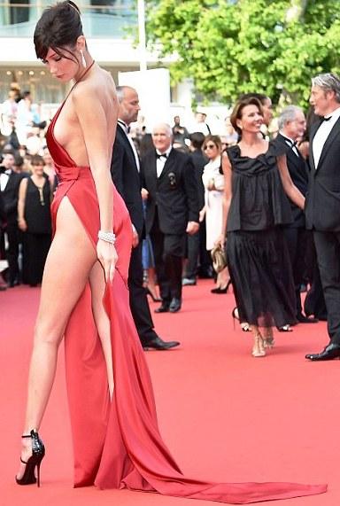 Самое скандальное платье на Каннском фестивале 2016. Судя по выражению лица, она уже сама не рада, что надела ЭТО...