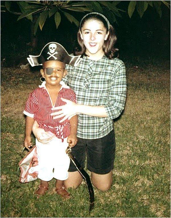 Детское фото Барака Обамы с его покойной матерью Энн Данхэм на Гавайях, около 1963 г.