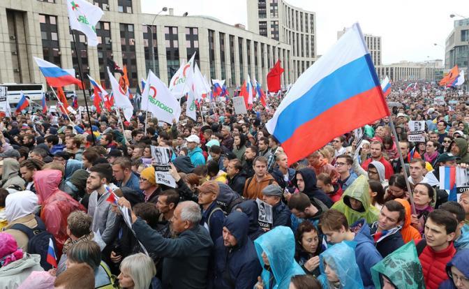 На фото: участники акции в поддержку независимых кандидатов в депутаты Мосгордумы на проспекте Сахарова
