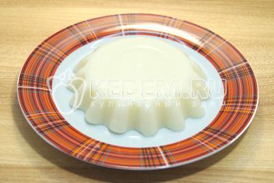 Перевернуть пудинг на блюдо и перед подачей на стол полить медом.