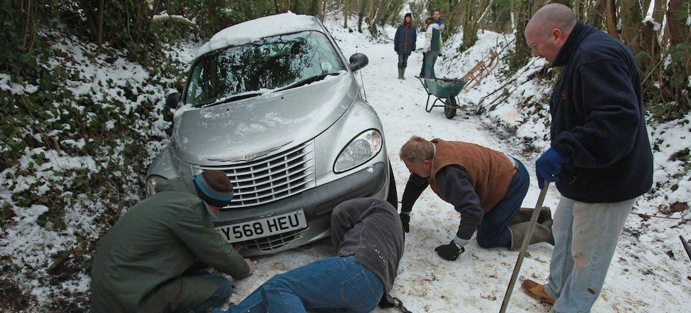 Десять вещей, которые нужно сделать если ваш автомобиль застрял в снежную бурю