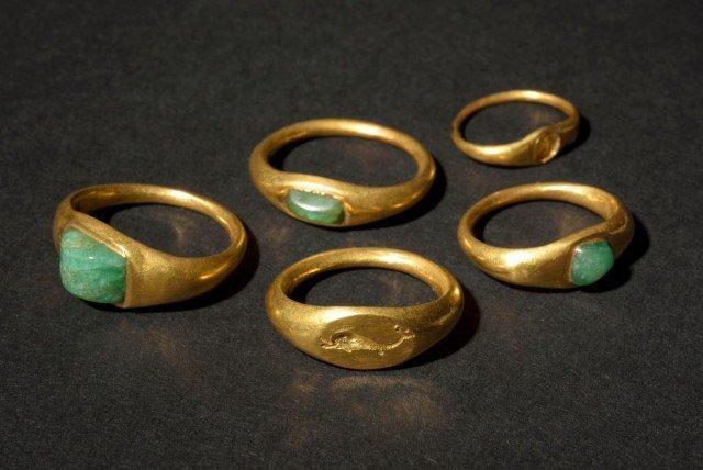 Пять золотых колец-перстней: три из них с изумрудами, в одном камень потерян, еще один - перстень-печатка Клады, археология, интересно, история, сокровища