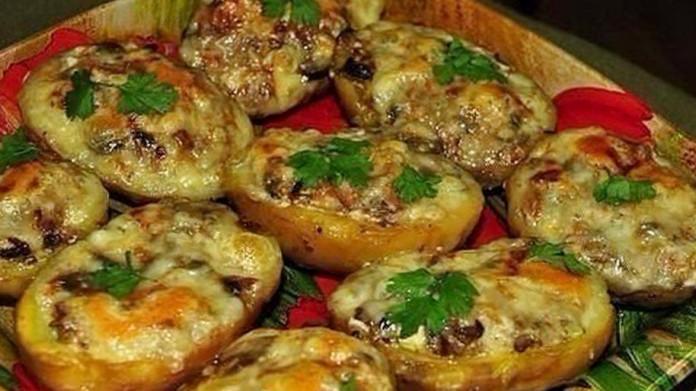 Аппетитные лодочки из картошки в мундире с ветчиной и сыром