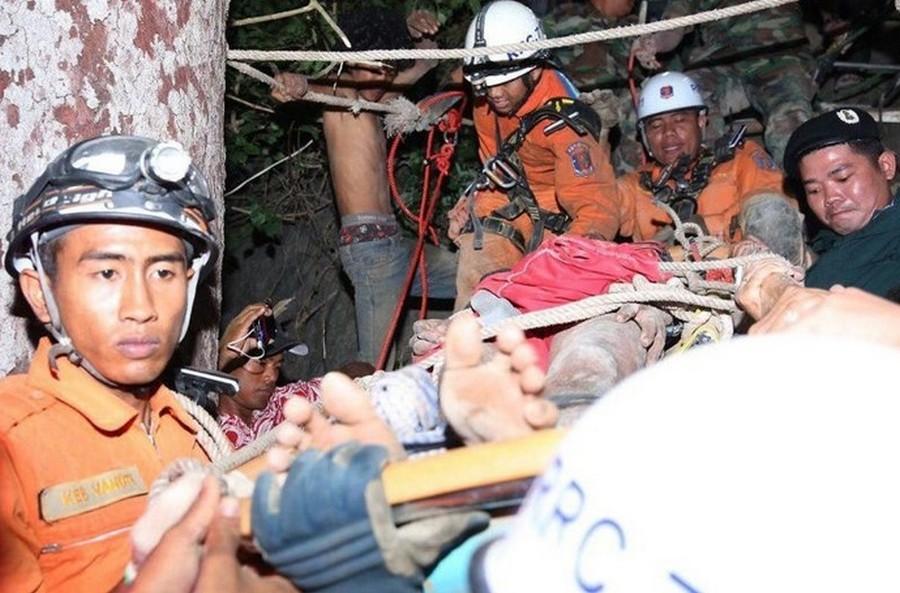 Камбоджиец полез за фонариком и застрял на 96 часов курьезы,новости