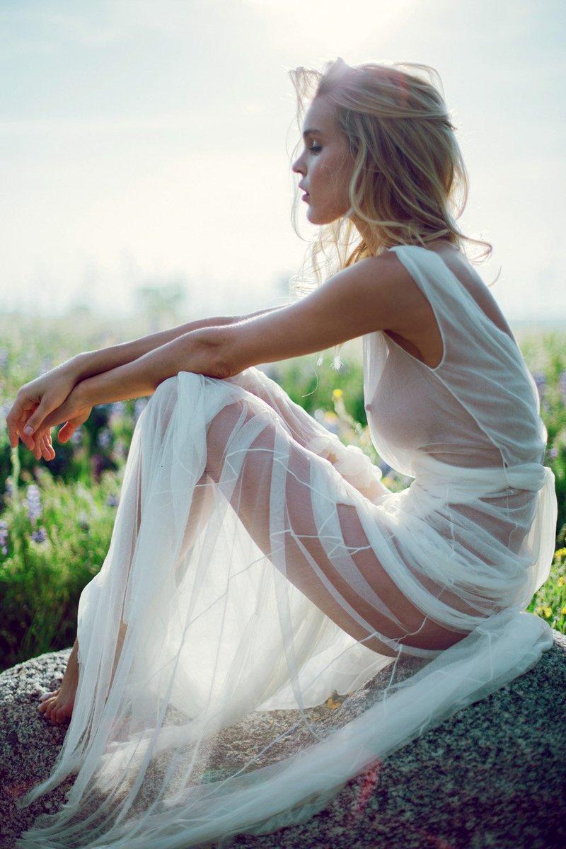 красивая девушка в прозрачном платье смеется