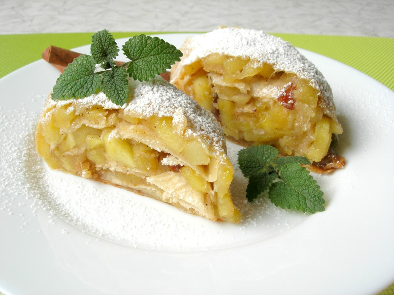 Яблочный штрудель без возни с тестом