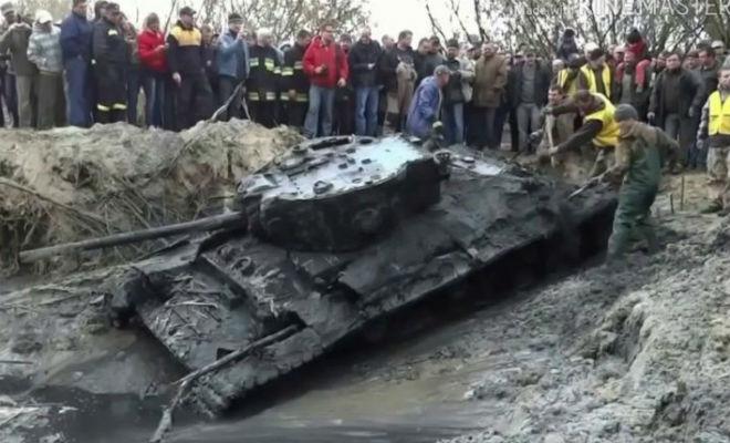 Танк врос в лес: черные копатели тащили технику машиной