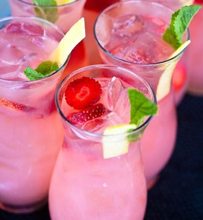 Спиртные напитки. Игристый клубничный коктейль