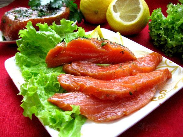 Оригинально и очень вкусно: красная рыбка, маринованная в темном пиве