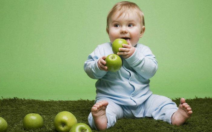 Картинки по запросу ребенок ест яблоко
