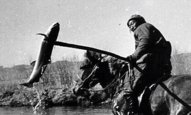 Ловля рыбы в проруби по-монгольски: вместо удочки подкормка и вилы Культура