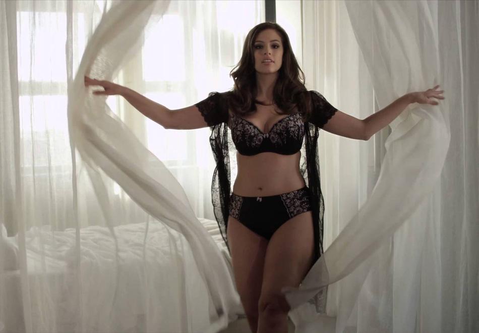 Plus-size красавица Эшли Грэм показывает свои формы Девушки