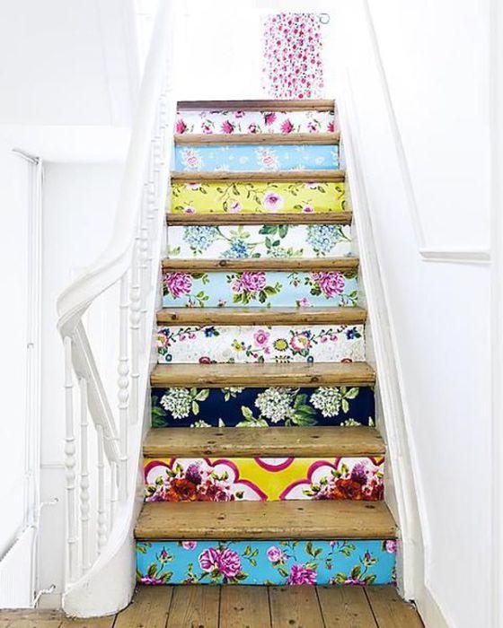 Обои разных цветов и структур придадут лестницы уникальность.