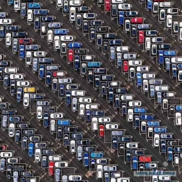 Эта парковка в Германии повышает плотность автомобилей, и заодно облегчает заезд и выезд