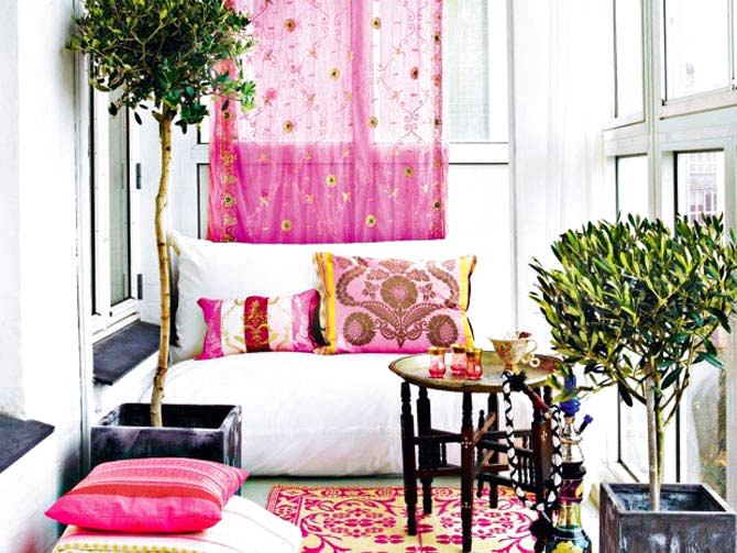 Балкон, веранда, патио в цветах: желтый, черный, серый, светло-серый, розовый. Балкон, веранда, патио в стиле эклектика.