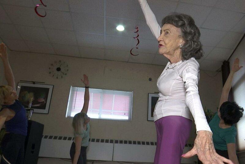 За последние годы знаменитость написала две книги и показала танцевальный номер на шоу America's Got Talent долгожитель, жизнь, знаменитость, инструктор, истории, йога, тао порчон-линч
