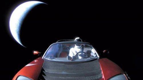 Последняя фотография манекена по кличке Стармэн (Starman), отправленного на орбиту Марса и к поясу астероидов. Как видите, необычный посланник попал в космос на личном электромобиле Илона Маска. интересное, интересные снимки, снимки